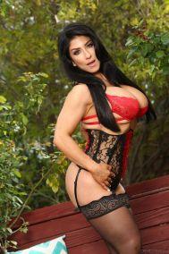 Raven-Hart-mature-huisvrouw-grote-tieten-buiten-sexy-lingerie-05