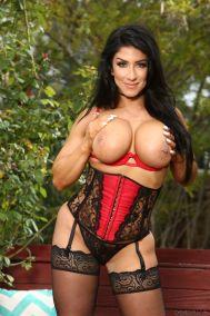 Raven-Hart-mature-huisvrouw-grote-tieten-buiten-sexy-lingerie-14