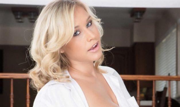 Kennedy Leigh, blond en lekker, heeft erotische sex en krijgt een facial