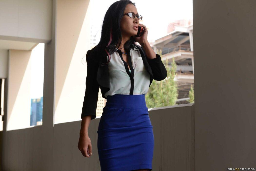 Amia MIley heeft het druk met haar mobieltje tijdens de sex