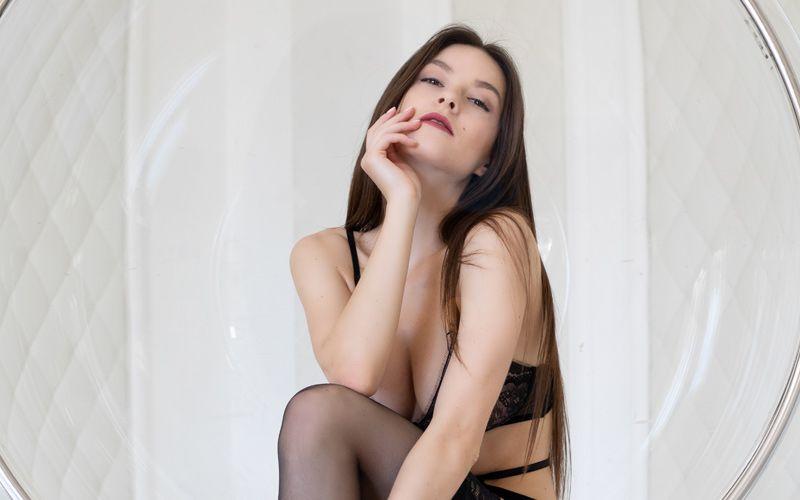Luxe lingerie, stevige grote tieten en een trendy stoel