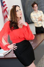 Rijpe-vrouw-lerares-heeft-sex-met-jongere-man-02