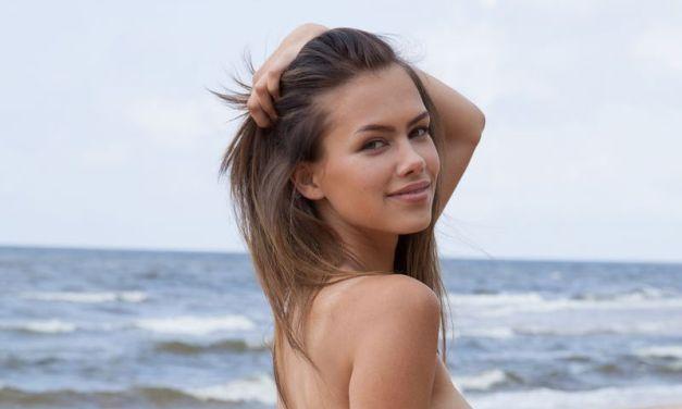 Strand en naakt, de mooie Lada A weet die twee goed te combineren