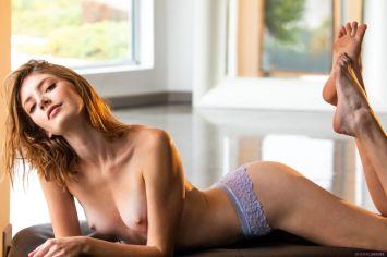 sexy-blouse-en-een-strakke-spijkerbroek-Lena-Anderson-0011