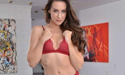 Jonge vrouw, knappe brunette, krijgt een grote penis in haar lekkere kontje