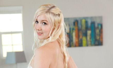 Jonge blonde vrouw, lekker ding, pakt haar vibrator erbij