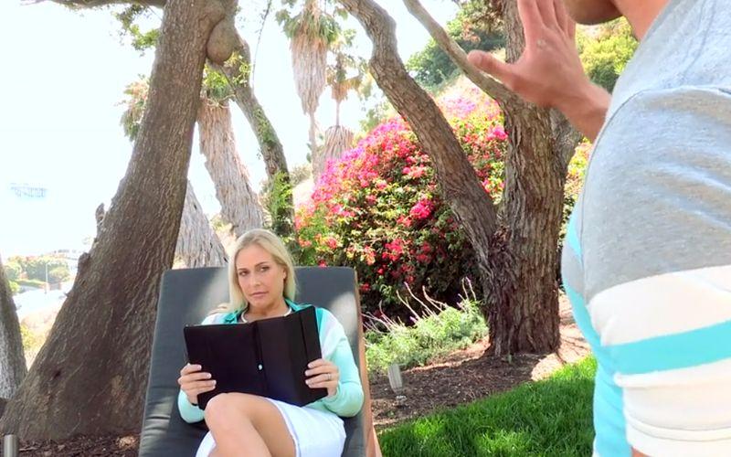 Les in sex van een geile blonde moeder met grote borsten
