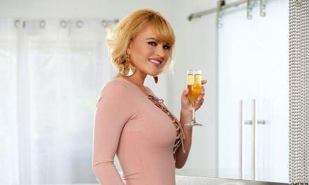 Mooie milf met grote borsten heeft lesbische sex met de buurvrouw