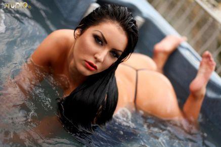 Yasmine-Yames-naakt-bij-het-zwembad-07