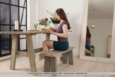 knappe-brunette-naakt-en-met-de-benen-omhoog-02