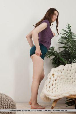 knappe-brunette-naakt-en-met-de-benen-omhoog-08