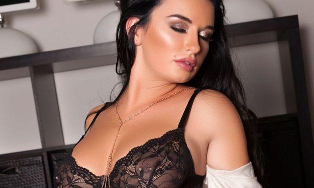 Brittney Shumaker, sexy ondergoed, is erotisch aan het doen op de bank