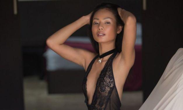 Magen Hanna, knappe Aziatische Playboy babe, trekt haar sexy body uit