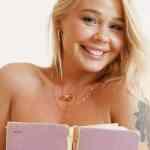 In bed met de mooie blonde Darina, ze is naakt