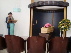 Metje leest haar gedicht voor bij de begrafenis van Berty.. Foto Sietske Altink