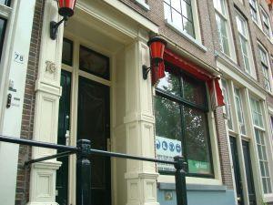 De Gelderse Kade in Amsterdam. Een raambordeel gesloten.