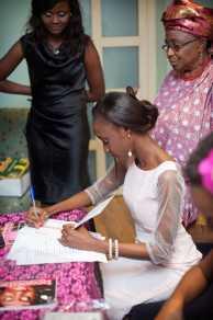 Funto signing autographs