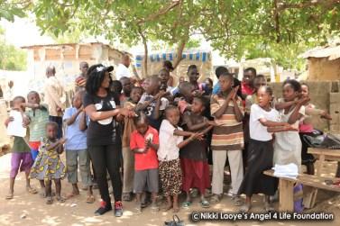 Nikki-Laoye-singing-with-the-children
