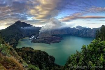 Mt.Rinjani s Mt.Barujari aktivní sopku v jezeře