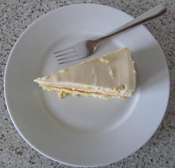 Feine Torte mit Biskuitboden und Apfelmuscreme-Biskotten-Füllung.