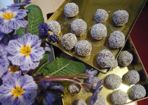 In Kokos gewälzte Schokolade-Haferflocken-Kugeln, eine schwedische (Weihnachts-)spezialität.