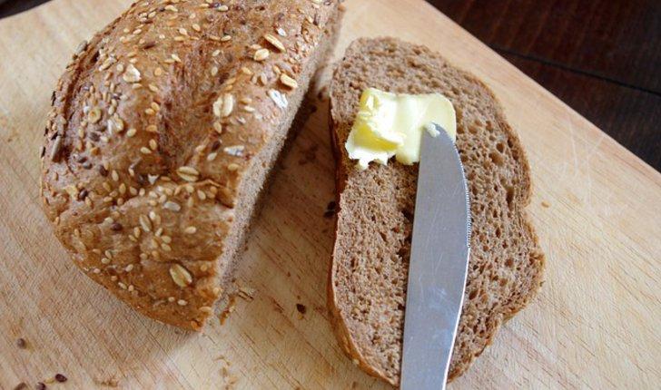 Brot mit Buttermesser und Butter