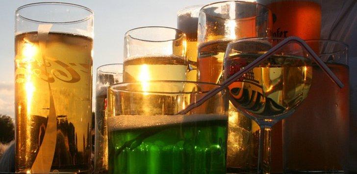 Gefüllte Getränkegläser in der Abendsonne
