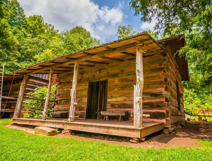 Rustikale alte Blockhütte mit Veranda