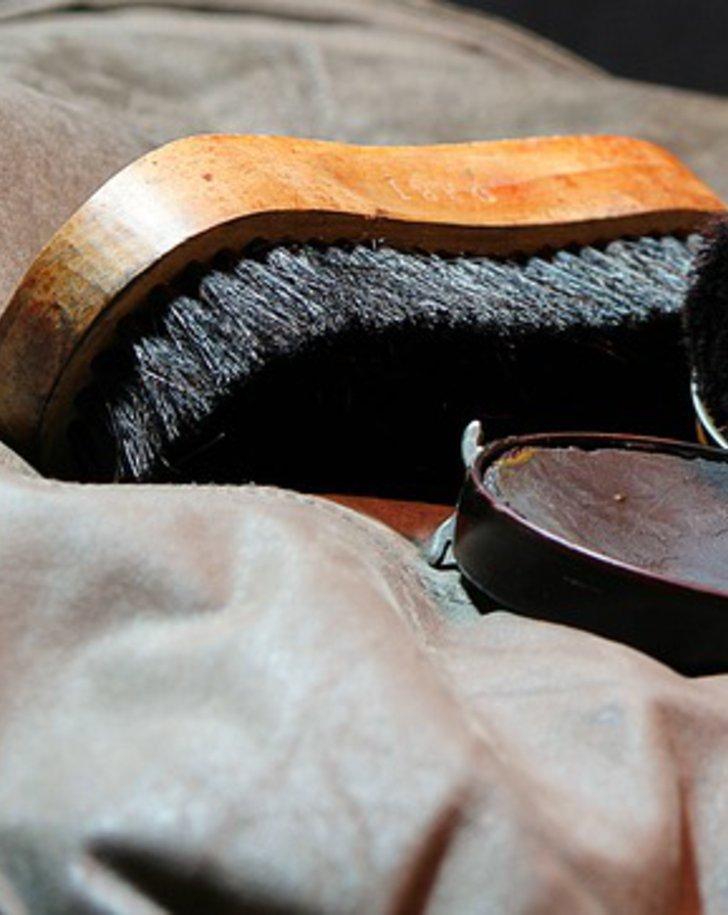 Leder, Bürste und Lederfett
