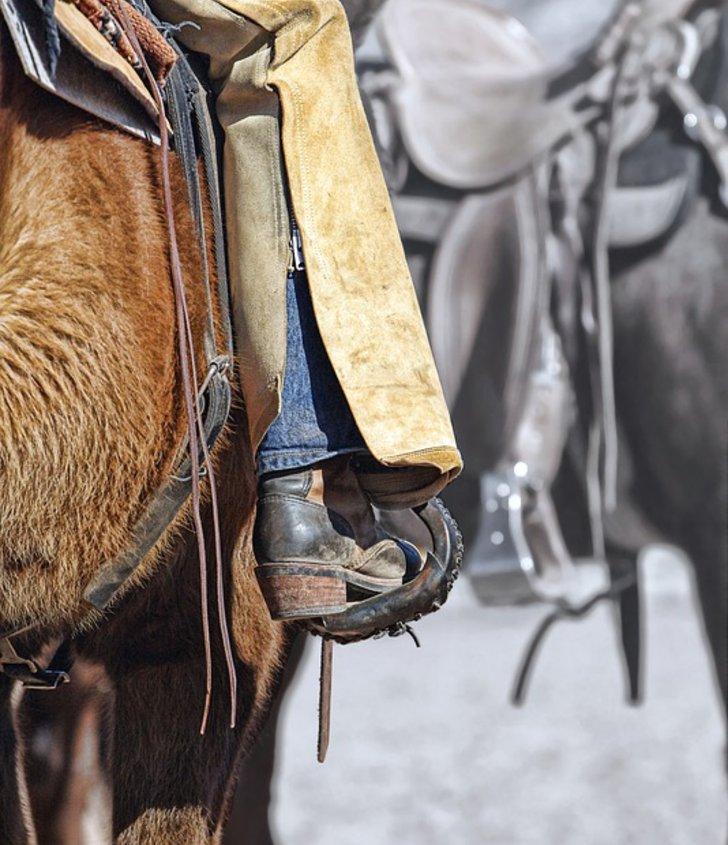 Bein eines Cowboys auf dem Pferd