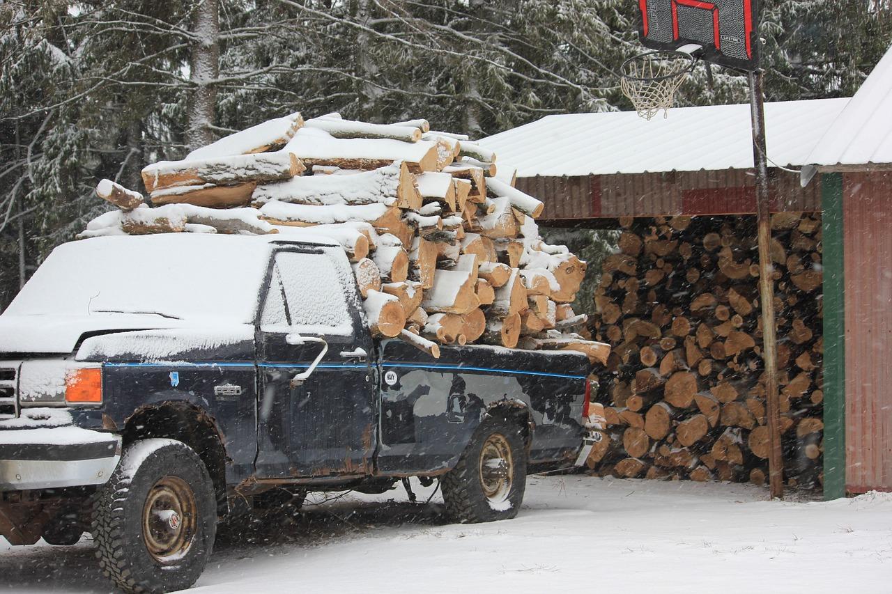 Mit Brennholz beladener Pickup