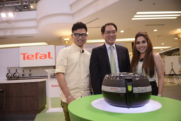 (L-R) Dino Goh, Kelvin Mow, & Chef Anis Nabilah with the Tefal ActiFry