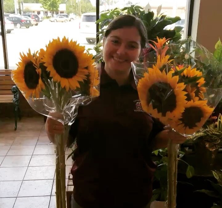 Just lighting up your day with our sunflowers ???? and Mona! #calandrosmkt #flowers #sunflowers