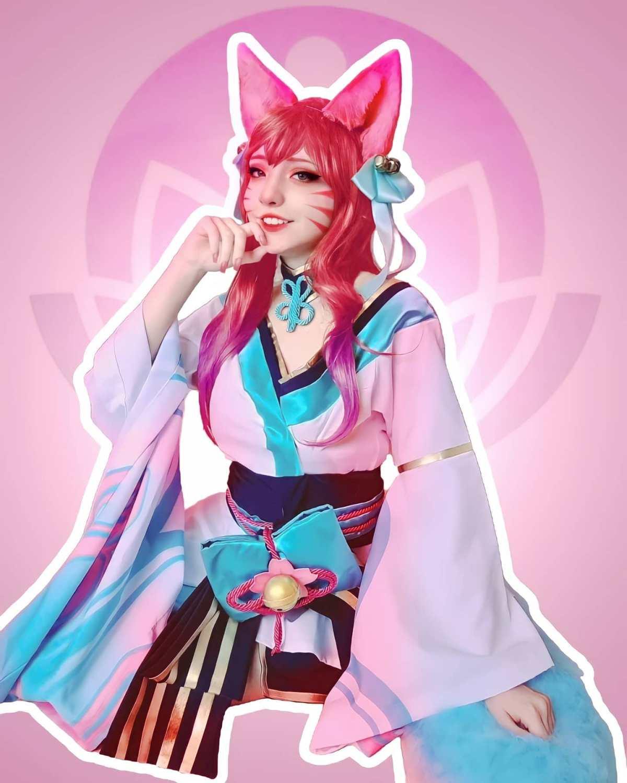 Foto da cosplayer brasileira Ally, usando um belo cosplay da Ahri Spirit Blossom, do MOBA League of Legends. A personagem usa um kimono temático, que lembra um vestido.