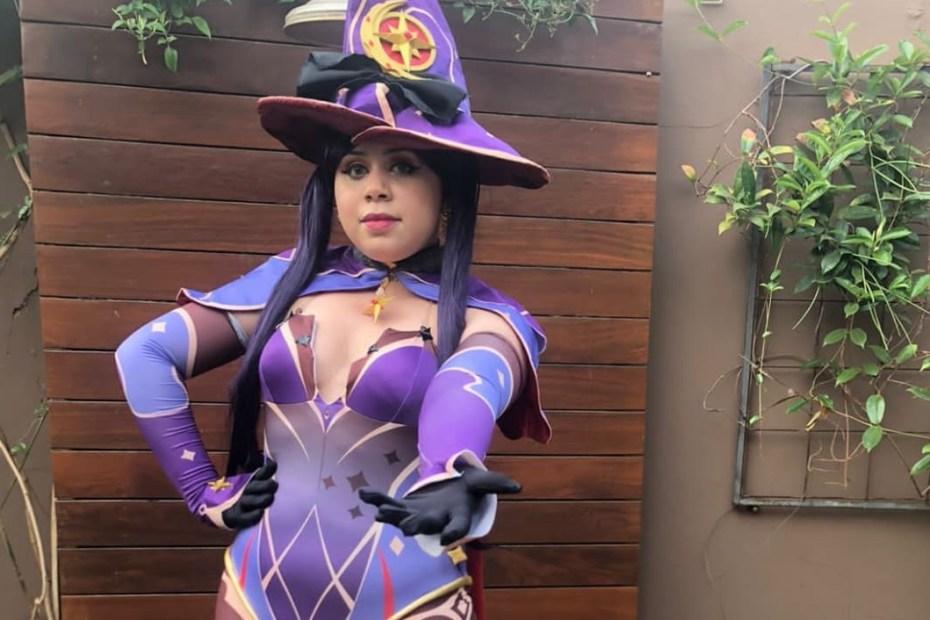 Mona Cosplay - Genshin Impact - Por Maria Áurea Capa