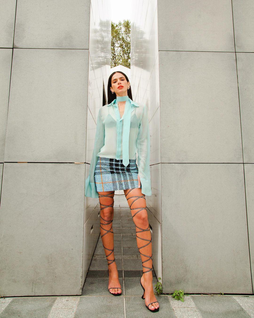 Look de Bruna Marquezine com minissaia azul claro 01