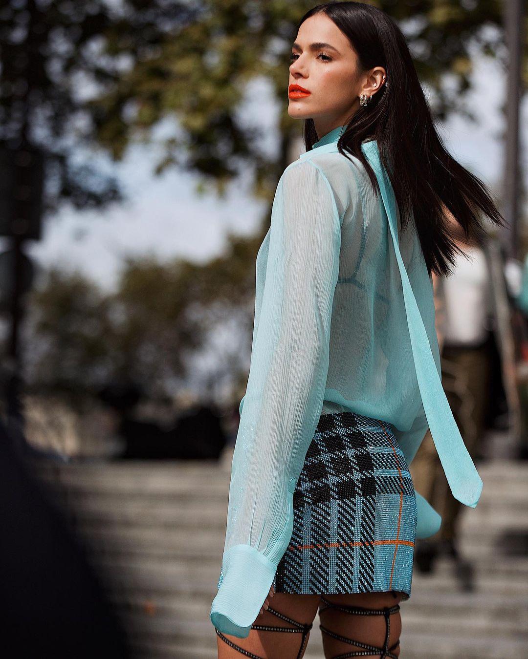 Look de Bruna Marquezine com minissaia azul claro 03