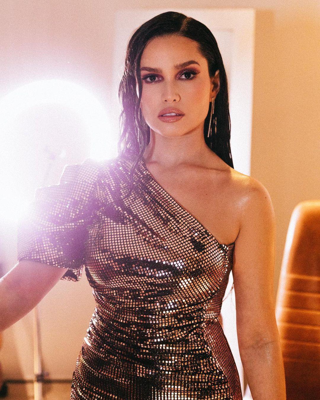Look de Juliette com vestido com muito glamour e na altura dos joelhos, com brilho - 03