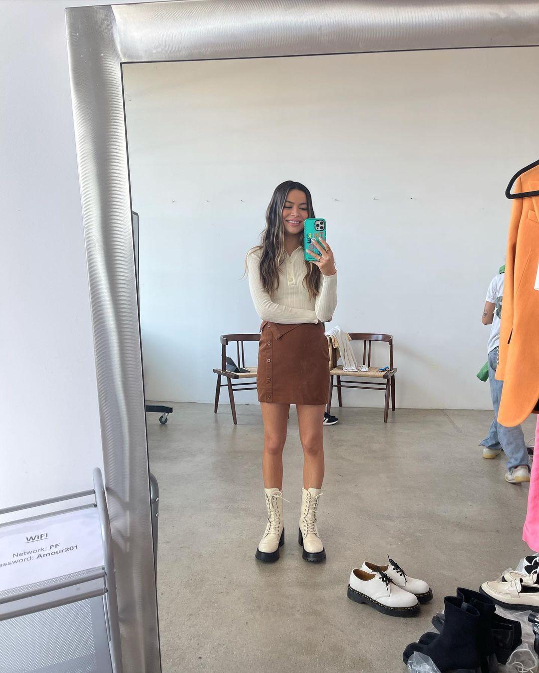 Look de Miranda Cosgrove com minissaia marrom - 02