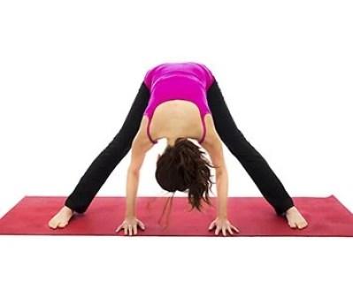 Prasarita Padottasana (position de la flexion avant en position debout jambes écartées)