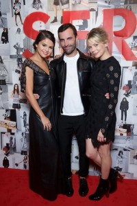 Louis_Vuitton_Series_3_Exhibition_Selena_Gomez_Nicolas_Ghesquière_MIchelle_Williams-800x1200