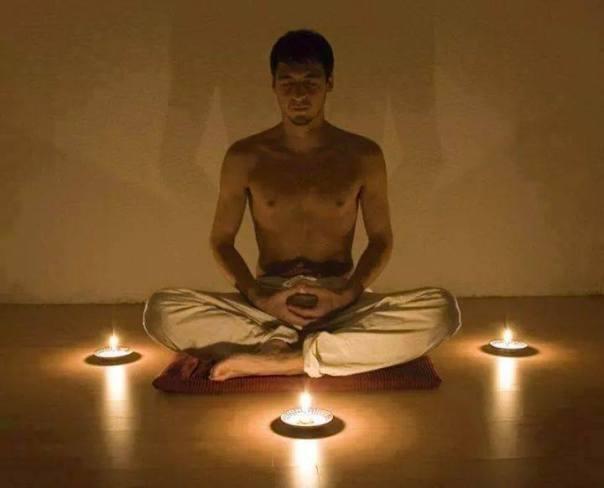 hombre-joven-meditando