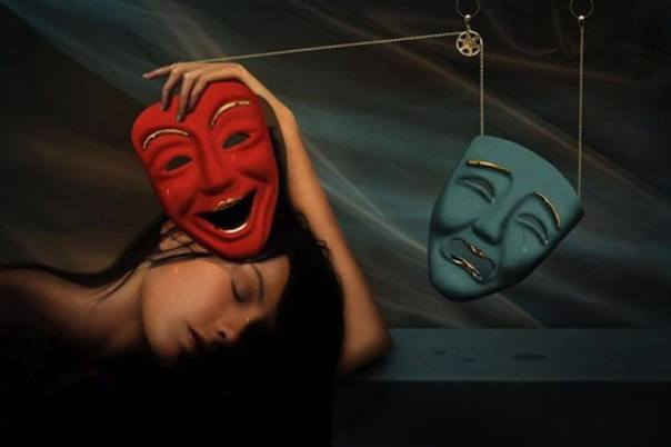 Mujer-con-dos-máscaras
