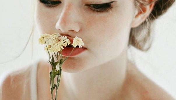 mujer-con-flor
