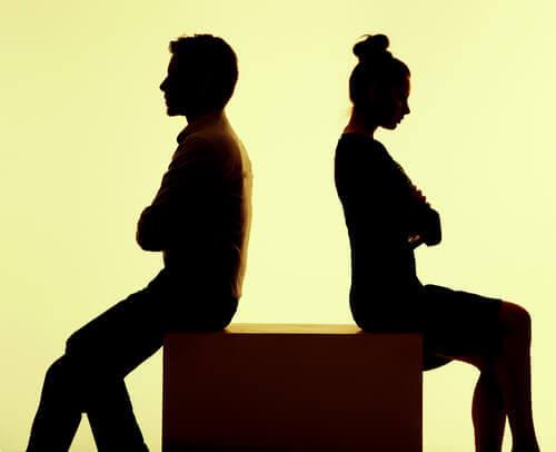 pareja-enfadada-espaldas