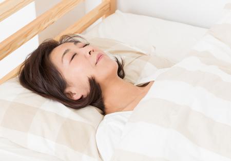 上を向いて寝ている女性