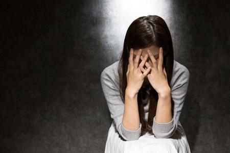 ストレスによる肌荒れで悩んでいる女性の画像