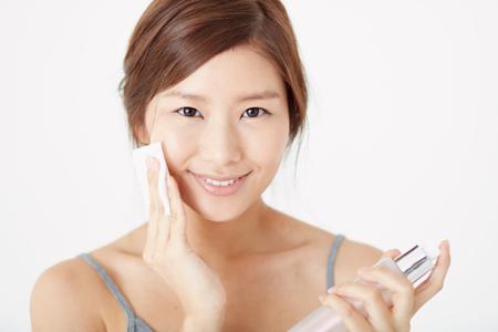 肌をパッティングする女性の画像