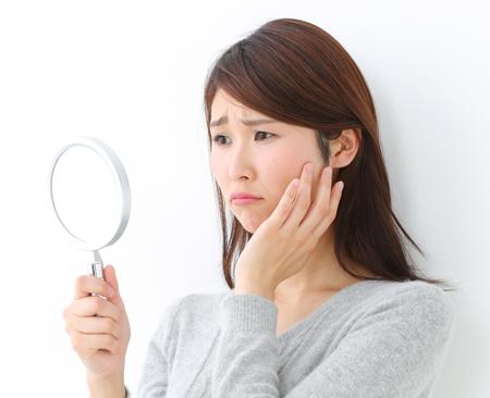 肌の乾燥によるほうれい線に悩む女性