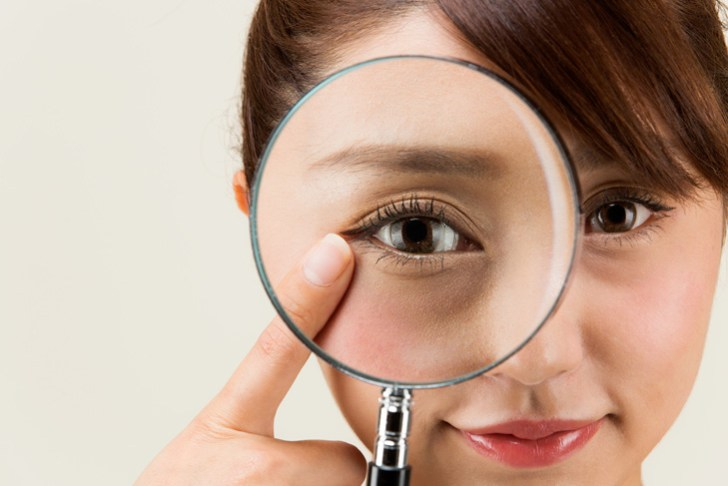 目の下のくまに悩む女性の画像